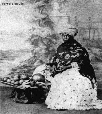 Os escravos urbanos eram em menor número do que no meio rural e ocupavam-se sobretudo com o serviço doméstico, com os ofícios mecânicos e com o comércio ambulante. <br></br> Palavras-chave: relações de poder, relações culturais, escravidão, violência, Brasil.