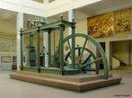 Em 1790 James Watt completou os aperfeiçoamentos de sua máquina a vapor, a qual recebeu o seu nome e se tornou fundamental para o sucesso da Revolução Industrial. Essa então começou a ser rapidamente empregada ao bombeamento de água de minas, ao aquecimento de máquinas em moinhos de farinha, fiações, tecelagens e à fabricação de papel. <br></br> Palavras-chave: relações de trabalho, relações culturais, revolução industrial, máquina a vapor.