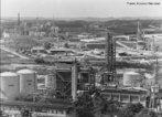 O Polo industrial de Camaçari iniciou suas operações em 1978. É o primeiro complexo petroquímico planejado do País e está localizado no município de Camaçari, a 50 quilômetros de Salvador, capital do Estado da Bahia. <br></br> Palavras-chave: indústria, relações de poder, relações culturais, trabalho.