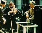 O fundador da moderna Arábia Saudita, o Rei Abdul Aziz, num encontro com o Presidente norte-americano Franklin Delano Roosevelt em 1945 na Conferência de Yalta. <br><br/> Palavras-chave: Arábia Saudita, Estados Unidos, islamismo, Mundo Árabe, relações diplomáticas.