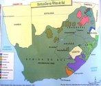 Os bantustões foram pseudo-estados de base tribal criados pelo regime do apartheid na África do Sul, de forma a manter os negros fora dos bairros e terras brancas, mas suficientemente perto delas para servirem de fontes de mão-de-obra barata. O bantustão era território supostamente autônomo, mas na verdade controlava o movimento negro, que só podia deixá-lo se a economia gerada e portanto controlada pelos brancos necessitasse de mão-de-obra. <br><br/> Palavras-chave: relações culturais, relações de poder, Apartheid, África do Sul.