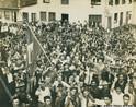 &quot;Em 1957, colonos e posseiros organizaram diversas estratégias de resistência e luta às investidas de jagunços contratados pelas companhias grileiras para amedrontá-los e expulsá-los de suas terras. As ações dos jagunços eram violentas e resultavam em estupros, espancamentos, incêndios, depredações e até mesmo mortes. Em outubro daquele ano, colonos e posseiros se organizaram em um conflito armado, tomaram as suas cidades e expulsaram as companhias de terras e os jagunços, além de exigir a designação de novas autoridades municipais. A revolta ocorreu principalmente nos municípios de Pato Branco, Francisco Beltrão e Santo Antonio do Sudoeste&quot;.(PEGORARO, Éverly. Um conflito em imagens: representações fotográficas da Revolta dos Posseiros de 1957. Revista discursos fotográficos, Londrina, v.4, n.5, p.81-102, jul./dez. 2008, p. 87-88).</br></br>  Essa imagem refre-se ao conflito que ocorreu em 1957 no sudoeste no Paraná. Essa fotografia pode ser usada para identificar a ocupação do território paranaense, enfatizando o Conteúdo Básico &quot;Movimentos sociais, políticos e culturais e as guerras e revoluções&quot;, articulando os Conteúdos Estruturantes Relações de Poder e Relações de Trabalho. </br></br> Palavras-chave: Paraná, colonos, jagunços, Citla, Cango, Revolta de 1957.