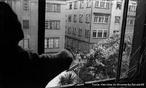 O regime militar no Brasil foi um período iniciado em abril de 1964, após um golpe militar articulado pelas Forças Armadas, em 31 de março do mesmo ano, contra o governo do presidente João Goulart. A repressão se instalou imediatamente após o golpe de Estado. As associações civis contrárias ao regime eram consideradas inimigas do Estado, portanto passíveis de serem enquadradas. Muitas instituições foram reprimidas e fechadas, seus dirigentes presos e enquadrados, suas famílias vigiadas. Na mesma época se formou dentro do governo um grupo que depois seria chamado de comunidade de informações. As greves de trabalhadores e estudantes foram proibidas e passaram a ser consideradas crime; os sindicatos sofreram intervenção federal, os líderes sindicais que se mostravam contrários eram enquadrados na Lei de Segurança Nacional como subversivos. <br><br/> Palavras-chave: ditadura, governo, Estado, movimentos sociais, censura, repressão.