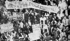 A Passeata dos Cem Mil foi uma manifestação de protesto contra a Ditadura civil-militar instaurada em 1º de abril de 1964 no Brasil, em consequência da morte do estudante secundarista Edson Luís de Lima Souto, em 28 de março de 1968. Edson Luís foi assassinado, com uma bala que atingiu o seu coração, por um agente policial quando da invasão do restaurante Calabouço. A manifestação, ocorrida em 26 de junho de 1968, reuniu mais de cem mil pessoas, no centro da cidade do Rio de Janeiro, na região conhecida como Cinelândia, o que representou um dos mais significativos protestos no período ditatorial do Brasil, conhecido também como Anos de Chumbo. Onde os manifestantes revindicavam a volta das liberdades democráticas e o fim da censura, alem da luta contra os atos de violência e repressão do governo. <br><br/> Palavras-chave: relações de trabalho, cultura, poder, Estado, governo, repressão, manifestação, estudantes, esquerda, direita, comunismo, socialismo, capitalismo.