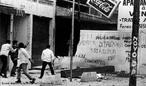O regime militar no Brasil foi um período iniciado em abril de 1964, após um golpe militar articulado pelas Forças Armadas, em 31 de março do mesmo ano, contra o governo do presidente João Goulart. A repressão se instalou imediatamente após o golpe de Estado. As associações civis contrárias ao regime eram consideradas inimigas do Estado, portanto passíveis de serem enquadradas. Muitas instituições foram reprimidas e fechadas, seus dirigentes presos e enquadrados, suas famílias vigiadas. Na mesma época se formou dentro do governo um grupo que depois seria chamado de comunidade de informações. As greves de trabalhadores e estudantes foram proibidas e passaram a ser consideradas crime; os sindicatos sofreram intervenção federal, os líderes sindicais que se mostravam contrários eram enquadrados na Lei de Segurança Nacional como subversivos. <br></br> Palavras-chave: ditadura, governo, Estado, movimentos sociais, censura, repressão.