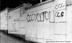 Em 1964, a Ditadura Militar incendeia a sede a UNE, como forma de intimidação e invade as instalações da Faculdade Nacional de Direito, apreendendo documentos e acervos históricos do Centro Acadêmico Cândido de Oliveira, muitos que versavam sobre as atividades da UNE. O Prédio da Faculdade é cercado por tanques e grupos paramilitares de direita, que metralham a fachada do prédio e tentam incendiá-lo, com os estudantes dentro, mas são contidos pelo capitão de cavalaria do Exército e do Regimento Presidencial, Ivan Cavalcanti Proença, que ordena sua tropa a impedir o massacre, e arrisca a própria vida, pessoalmente entrando nas salas de aula, em meio ao incêndio, tiros e gás lacrimogênio para salvar os estudantes de Direito. <br><br/> Palavras-chave: relações de produção, cultura, poder, governo, repressão, violência, exército, polícia, tortura, estudantes, manifestantes, UNE, protesto,  militância, revolução.