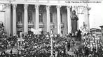 A Passeata dos Cem Mil foi uma manifestação de protesto contra a Ditadura civil-militar instaurada em 1º de abril de 1964 no Brasil, em consequência da morte do estudante secundarista Edson Luís de Lima Souto, em 28 de março de 1968. Edson Luís foi assassinado, com uma bala que atingiu o seu coração, por um agente policial quando da invasão do restaurante Calabouço. A manifestação, ocorrida em 26 de junho de 1968, reuniu mais de cem mil pessoas, no centro da cidade do Rio de Janeiro, na região conhecida como Cinelândia, o que representou um dos mais significativos protestos no período ditatorial do Brasil, conhecido também como Anos de Chumbo. Onde os manifestantes revindicavam a volta das liberdades democráticas e o fim da censura, alem da luta contra os atos de violência e repressão do governo. <br><br/>  Palavras-chave: relações de cultura, poder, Estado, governo, ditadura, repressão, manifestação, protesto, estudantes, movimento estudantil, esquerda, direita, comunismo, socialismo, capitalismo.