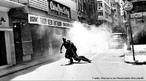 A Passeata dos Cem Mil foi uma manifestação de protesto contra a Ditadura civil-militar instaurada em 1º de abril de 1964 no Brasil, em consequência da morte do estudante secundarista Edson Luís de Lima Souto, em 28 de março de 1968. Edson Luís foi assassinado, com uma bala que atingiu o seu coração, por um agente policial quando da invasão do restaurante Calabouço. A manifestação, ocorrida em 26 de junho de 1968, reuniu mais de cem mil pessoas, no centro da cidade do Rio de Janeiro, na região conhecida como Cinelândia, o que representou um dos mais significativos protestos no período ditatorial do Brasil, conhecido também como Anos de Chumbo. Onde os manifestantes revindicavam a volta das liberdades democráticas e o fim da censura, alem da luta contra os atos de violência e repressão do governo.<br><br/> Palavras-chave: relações de trabalho, cultura, poder, Estado, governo, repressão, manifestação, estudantes, esquerda, direita, comunismo, socialismo, capitalismo.