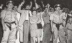 No dia 10 de novembro de 1937, o presidente Getúlio Vargas anunciava o Estado Novo, em cadeia de rádio. Iniciava-se um período de ditadura na História do Brasil. Alegando a existência de um plano comunista para a tomada do poder ( Plano Cohen ) Getúlio fechou o Congresso Nacional e impôs ao país uma nova Constituição, que ficaria conhecida depois como Polaca por ter se inspirado na Constituição da Polônia, de tendência fascista. O Golpe de Getúlio Vargas foi articulado junto aos militares e contou com o apoio de grande parcela da sociedade, pois desde o final de 1935 o governo havia reforçado sua propaganda anti comunista, amedrontando a classe média, na verdade preparando-a para apoiar a centralização política que desde então se desencadeava. A partir de novembro de 1937 Vargas impôs a censura aos meios de comunicação, reprimiu a atividade política, perseguiu e prendeu inimigos políticos, adotou medidas econômicas nacionalizantes e deu continuidade a sua política trabalhista com a criação da CLT em 1943.<br><br/>Palavras-chave: relações de poder, poder executivo, governo, república, Brasil, Revolução de 1930, Plano Cohen, Estado Novo.