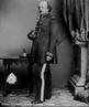 A Guerra de Secessão (ou guerra civil americana) ocorreu nos Estados Unidos da América entre 1861 e 1865. Foi o conflito que causou mais mortes de norte-americanos, num total de estimado em 970 mil pessoas, cerca de 3% da população americana à época. A Guerra de Secessão consistiu na luta entre 11 Estados Confederados do Sul latifundiário, aristocrata e defensor da escravidão, contra os Estados do Norte industrializado, onde a escravidão tinha um peso econômico bem menor do que no Sul. Em 1861, ano do início da guerra, o país consistia em 19 estados livres, onde a escravidão era proibida, e 15 estados onde a escravidão era permitida.  <br><br/> Palavras-chave: relações de poder, relações culturais, EUA, guerra civil, escravidão.