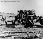 A Guerra de Secessão (ou guerra civil americana) ocorreu nos Estados Unidos da América entre 1861 e 1865. Foi o conflito que causou mais mortes de norte-americanos, num total de estimado em 970 mil pessoas, cerca de 3% da população americana à época. A Guerra de Secessão consistiu na luta entre 11 Estados Confederados do Sul latifundiário, aristocrata e defensor da escravidão, contra os Estados do Norte industrializado, onde a escravidão tinha um peso econômico bem menor do que no Sul. Em 1861, ano do início da guerra, o país consistia em 19 estados livres, onde a escravidão era proibida, e 15 estados onde a escravidão era permitida. Em 4 de Março, antes que Lincoln assumisse o posto de presidente, 11 Estados escravagistas declararam secessão da União, e criaram um novo país, os Estados Confederados da América. A guerra começou quando forças confederadas atacaram o Fort Sumter, um posto militar americano na Carolina do Sul, em 12 de Abril de 1861, e terminaria somente em 28 de Junho de 1865, com a rendição das últimas tropas remanescentes da Confederação. <br><br/> Palavras-chave: relações de poder, relações culturais, EUA, guerra civil, escravidão.