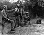 A Guerra do Vietnã foi um conflito armado que começou no ano de 1959 e terminou em 1975. As batalhas ocorreram nos territórios do Vietnã do Norte, Vietnã do Sul, Laos e Camboja. Esta guerra pode ser enquadrada no contexto histórico da Guerra Fria.O Vietnã havia sido colônia francesa e no final da Guerra da Indochina (1946-1954) foi dividido em dois países. O Vietnã do Norte era, comandado por Ho Chi Minh, possuindo orientação comunista pró União Soviética. O Vietnã do Sul, uma ditadura militar, passou a ser aliado dos Estados Unidos e, portanto, com um sistema capitalista. A relação entre os dois Vietnãs, em função das divergências políticas e ideológicas, era tensa no final da década de 1950. Em 1959, vietcongues (guerrilheiros comunistas), com apoio de Ho Chi Minh e dos soviéticos, atacaram uma base norte-americana no Vietnã do Sul. Este fato deu início a guerra. Entre 1959 e 1964, o conflito restringiu-se apenas ao Vietnã do Norte e do Sul, embora Estados Unidos e também a União Soviética prestassem apoio indireto. <br></br> Palavras-chave: Vietnã, Estados Unidos da América, guerra, socialismo, comunismo, capitalismo, conflito, genocídio, povo, libertação nacional, invasão.
