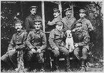 Foto de Adolf de Hitler durante a primeira Guerra Mundial, o primeiro sentado da esquerda para direita. <br><br/> Palavras-chave: nazismo, Hitler, Primeira Guerra Mundial, Alemanha, ditadura, fascismo.