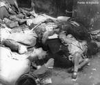 O nacional-socialismo soube manipular os instintos agressivos do ser humano e canalizou o ódio dos alemães particularmente contra os judeus, pois existia uma tradição anti-semita entre os povos nórdicos. Desse modo, os judeus serviram como bode expiatório para todos os males alemães. A partir de 1934, o anti-semitismo tornou-se uma prática do governo, além de nacional. Os judeus foram proibidos de trabalhar em repartições públicas. Suas lojas e fábricas foram expropriadas pelo governo. Além disso, eram obrigados a usar braçadeiras com a estrela de Davi, para poderem ser facilmente discriminados. A radicalização do anti-semitismo oficial forçou mais da metade da população judaico-alemã a deixar o país, à procura de exílio. Às vésperas da Segunda Guerra Mundial, restavam apenas 250 mil judeus na Alemanha, menos de 0,5% da população total. Com a Guerra, tanto estes quanto os judeus dos países ocupados por Hitler foram enviados para os campos de extermínio, o que resultou no holocausto - o massacre de 6 milhões de pessoas. <br><br/> Palavras-chave: nazismo, Hitler, Alemanha, holocausto, judeus, antissemitismo.