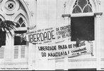 Fachada da igreja da Trindade com faixas reivindicando liberdade para os presos do Araguaia - Belém. <br><br/> Palavras-chave: anistia, censura, democracia, direitos humanos, ditadura civil-militar, movimentos sociais, violência.