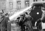 Na Alemanha, o Congresso Vietnam, proibido pelas autoridades, realiza-se em Berlim ocidental, e em 18 de fevereiro vinte mil manifestantes desfilam com bandeiras vietcongs da FLN. Em 11 de abril há uma tentativa de assassinato do líder estudantil Rudi Dutschke, nos protestos que se seguem a polícia é responsabilizada por dois mortos em Munique (um fotógrafo e um estudante), manifestações de solidariedade acontecem em Oslo, Roma, Viena, Amsterdam, Paris, etc. Em fins de maio, são ocupadas com barricadas as universidades em Munique, Hamburgo, Gottingen, Heidelberg, Frankfurt, e Berlim ocidental, entre outras. <br><br/> Palavras-chave: relações de produção, relações de trabalho, relações de poder, relações culturais, Estado, revolução, capitalismo, socialismo, comunismo, movimento estudantil, Alemanha, Berlim.