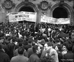 Liderados por Daniel Conh Bendit, estudante da universidade de Nanterre no subúrbio de Paris, os estudantes organizaram manifestações e ocuparam prédios da Universidade. O reitor chamou a polícia que agiu com violência. A partir daí, o movimento ganhou as ruas chegando provocar o fechamento da Sorbone e sua conseqüente ocupação. O movimento estudantil recebe adesões importante de artistas, intelectuais, jornalistas, mais foi o apoio dos operários que acabou desencadeando uma greve geral. Como um efeito dominó, 50 fábricas foram ocupadas, pararam os táxis, os jornais, o metrô, os correios, o aeroporto, as tevês, um total de 8 milhões de trabalhadores em greve. <br><br/> Palavras-chave: movimentos sociais, movimento estudantil, socialismo, comunismo, capitalismo, contracultura.