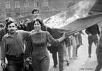 """A Primavera de Praga foi o movimento liderado por intelectuais reformistas do Partido Comunista Tcheco, interessados em promover grandes mudanças na estrutura política, econômica e social, na Tchecoslováquia. A experiência de um socialismo com face humana"""" foi comandada pelo líder do Partido Comunista local, Alexander Dubcek. A proposta surpreendeu a sociedade tcheca, que em 5 de Abril de 1968 soube das propostas reformistas dos intelectuais comunistas. <br><br/>  Palavras-chave: relações de trabalho, cultura, poder, Estado, governo, URSS, Primavera de Praga, socialismo, comunismo, capitalismo."""