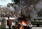 Na Itália o ano de 1968 também ficou marcado por grandes manifestações estudantis e populares, desde janeiro explodem os conflitos nas faculdades e escolas secundárias, com o centro dos acontecimentos em Turim e Florença, onde o reitor se demite em protesto contra a violência da repressão policial. Em fevereiro, a solidariedade aos estudantes de Florença espalha-se pelo país e há ocupações em Roma, a solidariedade aos estudantes franceses aumenta a temperatura durante maio, mas é ao final do ano, em outubro e novembro que a agitação estudantil atingirá o auge com ondas de ocupações de colégios secundários e de faculdades. <br><br/> Palavras-chave: relações de poder, cultura, Estado, governo, Itália, estudantes, trabalhadores, manifestações, movimento estudantil, luta de classes, repressão, violência.