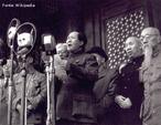Fundador da República Popular da China e um dos mais proeminentes teóricos do comunismo do século 20, Mao Tsé-Tung desenvolveu ideias sobre revolução e guerrilha que influenciaram marxistas no mundo inteiro, inclusive no Brasil, onde o PC do B - então na clandestinidade e ligado à China - desenvolveu ações guerrilheiras durante a década de 1970.<br><br/> Palavras-chave: relações de poder, relações culturais, partido político, marxismo, maoísmo.
