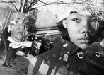 Além de pastor, Martin Luther King Jr., nascido no estado sulista da Geórgia, Atlanta, no dia 15 de janeiro de 1929, se formou também advogado, mas foi como ativista político que se tornou conhecido. Filho de Martin Luther King e Alberta Williams King, graduou-se no Morehouse College em 1948 em sociologia e em 1951 formou-se no Seminário Teológico Crozer, em Chester, Pensilvânia. Em 1954, já era pastor da Igreja Batista, em Montgomery, Alabama e um ano depois recebeu um PhD em Teologia Sistemática pela Universidade de Boston. Há 40 anos atrás, no dia 4 de abril de 1968, Martin Luther King foi assassinado na saída do hotel onde estava hospedado, na cidade de Memphis, onde participaria de mais uma marcha. <br><br/> Palavras-chave: relações de poder, EUA,, racismo, afro-descendentes, direitos civis, violência, segregação, movimento, resistência.