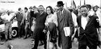 Além de pastor, Martin Luther King Jr., nascido no estado sulista da Geórgia, Atlanta, no dia 15 de janeiro de 1929, se formou também advogado, mas foi como ativista político que se tornou conhecido. Filho de Martin Luther King e Alberta Williams King, graduou-se no Morehouse College em 1948 em sociologia e em 1951 formou-se no Seminário Teológico Crozer, em Chester, Pensilvânia. Em 1954, já era pastor da Igreja Batista, em Montgomery, Alabama e um ano depois recebeu um PhD em Teologia Sistemática pela Universidade de Boston. Há 40 anos atrás, no dia 4 de abril de 1968, Martin Luther King foi assassinado na saída do hotel onde estava hospedado, na cidade de Memphis, onde participaria de mais uma marcha. <br><br/> Palavras-chave: relações de poder, Estado, governo, Estados Unidos da América do Norte, racismo, afro-descendentes, direitos civis, violência, segregação, movimento, resistência.