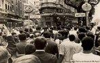 Imagem de um dos vários protestos contra a ditadura militar no Brasil. Nesta imagem, destaque para artistas e intelectuais cariocas. <br><br/> Palavras-chave: cidadania, ditadura militar, democracia, eleições, mobilização civil.