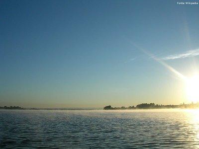 O Lago Paranoá é um lago artificial de Brasília, no Distrito Federal brasileiro. Foi criado com a construção da cidade, durante o governo do presidente Juscelino Kubitschek.O lago é formado pelas águas represadas do rio Paranoá, e tem 48 quilômetros quadrados de extensão, profundidade máxima de 38 metros e cerca de 80 quilômetros de perímetro, com algumas praias artificiais, como a Prainha e o Piscinão do Lago Norte. Localizado em Brasília, foi criado com o objetivo de aumentar a umidade em suas proximidades. Ao redor do lago há vários bares e restaurantes. Os bairros Lago Sul e Lago Norte derivam seus nomes do lago. Cada uma ocupa uma das duas penínsulas.<br><br/> Palavras-chave: relações de poder, relações culturais, Brasília, JK, urbanismo.