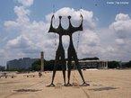 O Monumento aos Candangos, um dos s�mbolos da cidade, situado na Pra�a dos Tr�s Poderes, em frente ao Pal�cio do Planalto. Trata-se de uma escultura de bronze de 8 metros de altura realizada no ano de 1959 por Bruni Giorgi.<br><br/> Palavras-chave: Bras�lia, candango, escultura, arquitetura.