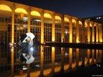 O Pal�cio do Itamaraty � sede do Minist�rio das Rela��es Exteriores do Brasil. O pr�dio, um dos mais conhecidos de Niemeyer, � rodeado por um espelho d��gua que abriga a famosa escultura O Meteoro, de Bruno Giorgi. O paisagismo � trabalho de Roberto Burle Marx. O acervo de arte do Itamaraty tem obras dos mais renomados artistas brasileiros, como C�ndido Portinari, Mary Vieira, Manabu Mabe, Franz Weissmann, Alfredo Ceschiatti e Victor Brecherer, al�m de esculturas, tape�arias, adornos refinados e m�veis dos s�culos XVII e XVIII. <br><br/> Palavras-chave: rela��es de poder, rela��es culturais, Bras�lia, urbanismo.