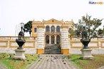 A Sede da Sociedade Garibaldi, na Pra�a Garibaldi, em Curitiba, foi projetada por Ernesto Guaita, engenheiro e agente consular da It�lia. O Pal�cio, iniciado em 1887, foi conclu�do em 1904. A fachada, em estilo neocl�ssico, s� ficou pronta em 1932, uma obra do arquiteto Jo�o de Mio, o mesmo arquiteto da Igreja de S�o Pedro. <br><br/> Palavras-chave: rela��es culturais, patrim�nio hist�rico, Sociedade Garibaldi, Pal�cio, Pra�a, Setor Hist�rico, imigra��o italiana, arquitetura neocl�ssica.