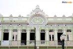 Constru��o do in�cio do s�culo XX em estilo neocl�sico, localizado na Pra�a Generoso Marques no Setor Hist�rico de Curitiba. <br><br/> Palavras-chave: rela��es culturais, patrim�nio hist�rico, Palacete, pra�a Generoso Marques, arquitetura neocl�ssica, Curitiba.