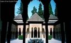 A Alhambra (em �rabe &#1575;&#1604;&#1581;&#1605;&#1585;&#1575;&#1569;, com o significado de a Vermelha) localiza-se na cidade e munic�pio de Granada, na prov�ncia de Granada, comunidade aut�noma da Andaluzia, na Espanha. O nome Alhambra, que significa, em �rabe a vermelha (Al Hamra &#1575;&#1604;&#1581;&#1605;&#1585;&#1575;&#1569;), deriva, provavelmente da cor dos tijolos de taipa, secos ao sol e feitos de argila e gravilha de que s�o feitas as muralhas exteriores. Segundo outros autores, o adjectivo relembra o clar�o avermelhado das tochas que iluminaram os trabalhos de constru��o que se prolongavam ininterruptamente, noite adentro, durante anos; outros associam o nome ao fundador, Mahomed Ibn-al-Ahmar; outros, ainda derivam-no da palavra �rabe Dar al Amra, Casa do Senhor. O pal�cio foi constru�do principalmente entre 1248 e 1354, nos reinados de Ibn-al-Ahmar e seus sucessores; os nomes dos principais artistas e arquitectos s�o desconhecidos ou de conhecimento duvidoso. <br><br/> Palavras-chave: Espanha, Granada, Pen�nsula Ib�rica, islamismo, reconquista.