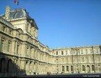 Museu do Louvre (Mus�e du Louvre), instalado no Pal�cio do Louvre, em Paris, � um dos maiores e mais famosos museus do mundo. Localiza-se no centro de Paris, entre o rio Sena e a Rue de Rivoli. O seu p�tio central, ocupado agora pela pir�mide de vidro do Louvre, encontra-se na linha central dos Champs-�lys�es, e d� forma assim ao n�cleo onde come�a o Axe historique. O Pal�cio do Louvre foi a sede do governo mon�rquico franc�s desde a �poca dos Capetos medievais, tendo sido abandonado por Lu�s XIV em favor do Pal�cio de Versalhes. Parte do pal�cio real do Louvre foi aberta primeiramente ao p�blico como um museu em 8 de Novembro de 1793, durante a Revolu��o Francesa. Mesmo ap�s a Restaura��o dos Bourbons, permaneceu como museu. <br><br/> Palavras-chave: rela��es culturais, Museu do Louvre, Paris, Fran�a, Arte, Hist�ria da Arte.