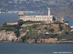 A Ilha de Alcatraz est� localizada no meio da ba�a de S�o Francisco na Calif�rnia, EUA. Inicialmente foi utilizada como base militar, e s� mais tarde foi convertida em uma pris�o de m�xima seguran�a. Atualmente, � um ponto tur�stico. Alcatraz foi uma base militar de 1850 a 1930. Posteriormente, foi adquirida pelo Departamento de Justi�a dos EUA, em 12 de Outubro de 1933, quando sofreu a convers�o. Em 1 de Janeiro de 1934, foi re-inaugurada como uma Pris�o Federal. Durante seus 29 anos de exist�ncia, a pris�o alojou alguns dos maiores criminosos norte-americanos, como Al Capone, Robert Franklin Stroud (o Birdman of Alcatraz), e Alvin Karpis. <br><br/> Palavras-chave: rela��es de poder, rela��es culturais, Estado, governo. pris�o, pres�dio, Estados Unidos, Alcatraz, S�o Francisco, Calif�rnia.