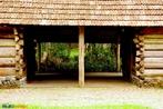Inaugurado em 1980, logo ap�s a visita do papa Jo�o Paulo II (1920-2005), a Curitiba. O Bosque do Papa, como � mais conhecido, envolve uma �rea de 48 mil m�, onde existia uma antiga f�brica de velas. � cortado pelo rio Bel�m e inclui uma reserva de mata atl�ntica, com mais de 300 arauc�rias. Um ambiente agrad�vel acolhe os visitantes do Bosque. O Memorial da Imigra��o Polonesa, em Curitiba, est� instalado nas clareiras do Bosque. Reconstitui-se o ambiente em que viveram os pioneiros imigrantes poloneses, que chegaram em Curitiba por volta de 1871. � um museu ao ar livre que traduz a luta, as cren�as, as tradi��es e estilo de vida daqueles imigrantes. <br><br/> Palavras-chave: rela��es de produ��o, rela��es de trabalho, rela��es culturais, rela��es de poder, imigra��o, poloneses, papa Jo�o Paulo II.