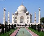 O Taj Mahal � um Mausol�u situado em Agra, uma cidade da �ndia e o mais conhecido dos monumentos do pa�s. � considerado Patrim�nio da Humanidade pela UNESCO. � uma das novas sete maravilhas do mundo moderno escolhidas numa celebra��o em Lisboa no dia 7 de julho de 2007.Esta obra foi feita entre 1630 e 1652 com a for�a de cerca de 22 mil homens, trazidos de v�rias cidades do Oriente, para trabalhar no suntuoso monumento de m�rmore branco que o Imperador Shah Jahan mandou construir em mem�ria de sua esposa favorita, Aryumand Banu Begam, a quem chamava de Muntaz Mahal (A j�ia do Pal�cio). Ela morreu ap�s dar � luz o 14� filho, tendo o Taj Mahal sido constru�do sobre seu t�mulo, junto ao rio Yamuna. <br><br/> Palavras-chave: rela��es culturais, Taj Mahal, Mausol�u, �ndia.