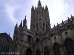 Cantu�ria (em ingl�s Canterbury) � uma cidade do sudeste da Inglaterra pertencente ao condado de Kent. � o principal centro religioso do Reino Unido por abrigar o arcebispo da Cantu�ria, l�der espiritual da Igreja Anglicana. <br><br/> Palavras-chave: rela��es de poder, rela��es culturais, Estado, Monarquia, Reino Unido, Igreja Anglicana, religi�o.