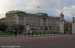 O pal�cio, originalmente conhecido como Casa de Buckingham (o edif�cio que forma o cora��o do actual pal�cio) foi uma grande casa citadina constru�da pelo Duque de Buckingham, em 1703, e adquirida pelo rei Jorge III, em 1762, como uma resid�ndia privada, conhecida como A Casa da Rainha (The Queen's House). Foi reformada e aumentada ao longo de 75 anos, principalmente pelos arquitectos John Nash e Edward Blore, formando tr�s alas em volta de um p�tio central. O Pal�cio de Buckingham tornou-se a resid�ncia oficial da monarquia com a ascens�o da Rainha Vit�ria em 1837.<br><br/>  Palavras-chave: rela��es de produ��o, rela��es de poder, rela��es culturais, Estado, Monarquia, Absolutismo.