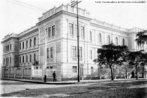 A institui��o foi criada em 12 de abril de 1876, com o nome de escola Normal. O edif�cio foi entregue � comunidade pelo governador Dr. Caetano Munhoz da Rocha, em 1912. O im�vel passou por algumas amplia��es, contando atualmente com 5.500m2 de �rea constru�da, mesmo assim est�o mantidas todas as suas caracter�sticas originais. A institui��o � um marco referencial para o ensino no Paran�. <br><br/> Palavras-chave: Curitiba, escola, patrim�nio hist�rico.