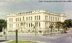 Quando Caetano Munhoz da Rocha foi Presidente do Estado (1924-1928) realizou diversas obras p�blicas no Paran�, entre elas, a constru��o da Escola Normal de Paranagu�. A inaugura��o ocorreu em 29 de julho de 1927. Para a �poca foi considerado um suntuoso edif�cio com suas vinte e quatro salas de aula e demais depend�ncias. Em 1952 passa � denomina��o de Escola Secund�ria Dr. Caetano Munhoz da Rocha e, em 1967, Instituto de Educa��o, mantendo por�m o nome de seu fundador. O pr�dio, localizado � Rua Jo�o Eug�nio esquina com Comendador Correia Jr., expressa no ecletismo, a linguagem neocl�ssica, que caracteriza os edif�cios p�blicos daquele per�odo.<br><br/> Palavras-chave: Paranagu�, Paran�, educa��o, ensino, escola.