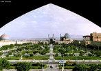 A Pra�a de Naqsh-e Jahan ou Meidan Emam situa-se no centro da cidade de Isfahan e � uma das maiores pra�as do mundo. A pra�a est� rodeada por importantes edificios da era saf�vida. A Mesquita Shah situa-se no lado sul desta pra�a. No lado oeste encontra-se o Pal�cio de Ali Qapu. A Mesquita de Sheikh Lotf Allah situa-se no lado este da pra�a e o lado norte abre atrav�s do Grande Bazar de Isfahan.<br><br/> Palavras-chave: Imp�rio Persa, Ir�, islamismo, Patrim�nio Mundial da Humanidade, s�tio arqueol�gico.