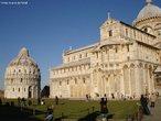 Comp�e o conjunto hist�rico com a famosa Torre de Pisa. <br><br/> Palavras-chave: rela��es culturais, catolicismo, cristianismo, Pisa, It�lia.