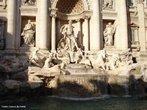 A Fontana di Trevi (Fonte dos trevos, em portugu�s) � a maior (cerca de 26 metros de altura e 20 metros de largura) e mais ambiciosa constru��o de fontes barrocas da It�lia e est� localizada na rione Trevi, em Roma.A fonte situava-se no cruzamento de tr�s estradas (tre vie), marcando o ponto final do Acqua Vergine, um dos mais antigos aquedutos que abasteciam a cidade de Roma. No s�culo 19 a.C., supostamente ajudados por uma virgem, t�cnicos romanos localizaram uma fonte de �gua pura a pouco mais de 22 km da cidade (cena representada em escultura na pr�pria fonte, atualmente). <br><br/> Palavras-chave: rela��es culturais, Imp�rio Romano, aquedutos, Roma antiga, Fontana di Trevi.
