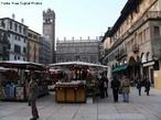 Piazza delle Erbe, a mais antiga pra�a de Verona e que durante muito tempo foi o centro da vida econ�mica e mercantil da cidade. Em meados do s�culo I a.C., havia no local um forum romano, que se extendia para al�m do per�metro atual da pra�a. <br><br/> Palavras-chave: It�lia, Verona, arquitetura, arte.