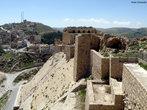 A Jord�nia est� situada no M�dio Oriente e sua capital � a cidade de Am�. O territ�rio da Jord�nia foi ocupado por diversos povos, sendo habitada por amonitas, amorreus, moabitas e edomitas. A partir do s�culo VII a.C., a presen�a mais expressiva � a dos nabateus, um povo n�made que constr�i uma pr�spera civiliza��o na �rea, beneficiando-se do controle das importantes rotas de caravanas localizadas na regi�o. Subsequentes invasores e colonos inclu�ram eg�pcios, israelitas, ass�rios, babil�nios, persas, gregos, romanos, �rabes mu�ulmanos, cruzados crist�os, turcos otomanos e, finalmente, os brit�nicos.<br><br/>  Palavras-chave: Islamismo, Jord�nia, Mundo �rabe, s�tio arqueol�gico.