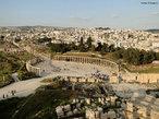 A Jord�nia est� situada no M�dio Oriente e sua capital � a cidade de Am�. O territ�rio da Jord�nia foi ocupado por diversos povos, sendo habitada por amonitas, amorreus, moabitas e edomitas. A partir do s�culo VII a.C., a presen�a mais expressiva � a dos nabateus, um povo n�made que constr�i uma pr�spera civiliza��o na �rea, beneficiando-se do controle das importantes rotas de caravanas localizadas na regi�o. Subsequentes invasores e colonos inclu�ram eg�pcios, israelitas, ass�rios, babil�nios, persas, gregos, romanos, �rabes mu�ulmanos, cruzados crist�os, turcos otomanos e, finalmente, os brit�nicos. <br><br/> Palavras-chave: Islamismo, Jord�nia, Mundo �rabe, s�tio arqueol�gico.