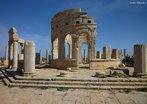 A L�bia foi povoada por �rabes e n�mades berberes. Fen�cios e gregos chegaram ao pa�s no s�culo VII a.C. e estabeleceram col�nias e cidades. Os fen�cios fixaram-se na Tripolit�nia e os gregos na Cirenaica. Os cartagineses, herdeiros das col�nias fen�cias, fundaram na Tripolit�nia uma prov�ncia, e no s�culo I a.C. o Imp�rio Romano se imp�s em toda a regi�o, deixando monumentos admir�veis entre eles as escrituras no teatro de Leptis Magna.<br><br/> Palavras-chave: Imp�rio Romano, islamismo, L�bia, Patrim�nio Mundial da Humanidade, s�tio arqueol�gico.