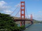 A Golden Gate Bridge � uma ponte p�nsil. Conta 2737 metros de comprimento total, incluindo os acessos, e 1966 metros de comprimento suspenso, sendo a dist�ncia entre as duas torres de 1280 metros. Estas torres de suspens�o, por sua vez, erguem-se a 227 metros acima do n�vel do mar, suportando os cabos que, nas pontes com esta arquitectura, suportam o tabuleiro suspenso. Isto significa que os dois cabos principais que a suportam t�m de estar preparados para suportar todo o peso do tabuleiro e dos cabos que partem dos cabos principais. Cada um destes, por conseguinte, tem um di�metro de 92 cent�metros, sendo formado por 27572 cabos menores.A ponte foi desenhada pelo engenheiro Joseph Strauss, e a sua constru��o foi iniciada em 5 de Janeiro de 1933; a ponte foi aberta ao tr�fego pedonal no dia 27 de Maio de 1937 e ao tr�fego rodovi�rio no dia seguinte. <br><br/> Palavras-chave: rela��es de produ��o, trabalho, poder, cultura, Estados Unidos, constru��o.