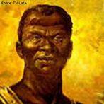 Zumbi nasceu em Palmares 1655, foi capturado e entregue a um missionário português quando tinha aproximadamente seis anos. Batizado Francisco, Zumbi recebeu os sacramentos, aprendeu português e latim, e ajudava diariamente na celebração da missa. Escapou em 1670 e, com quinze anos, retornou ao seu local de origem e tornou-se o novo líder do quilombo de Palmares. Quinze anos após Zumbi ter assumido a liderança, o bandeirante paulista Domingos Jorge Velho foi chamado para organizar a invasão do quilombo. Em 6 de fevereiro de 1694 a capital de Palmares foi destruída e Zumbi ferido. Apesar de ter sobrevivido, morreu em 20 de novembro de 1695. Em Recife, a cabeça foi exposta em praça pública, visando desmentir a crença da população sobre a lenda da imortalidade de Zumbi. No dia da morte de Zumbi é celebrado o dia da consciência negra.<br><br/> Palavras-chave: relações de poder, relações culturais, escravidão, quilombo, resistência, movimento negro.